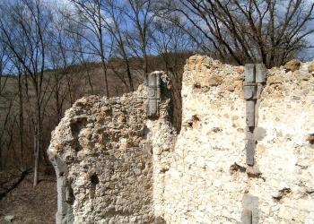 Konzolok a templom északi falán