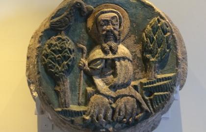 Ugyan itt került elő a Remete Szent Pált ábrázoló zárókő