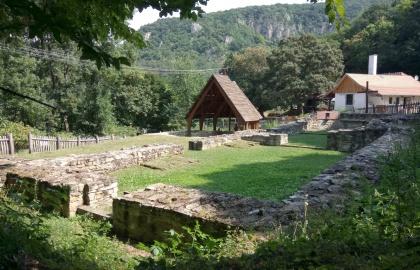 A pálos rend Szent Kereszt kolostorának romjai