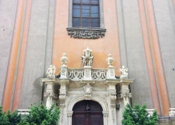 Egyetemi templom díszes bejárata
