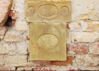 Vértesacsa templomának homlokzatába épített téglák