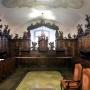 Egyedülálló érték a jobboldalt álló sekrestye rokokó bútorzata, melyet Európa egyik legszebb sekrestyebútorzatának tartanak. A pálosok hagyatéka, 1764 és 1767 között készítette Hyngeller János szerzetes. (Fotó: Pinterest)