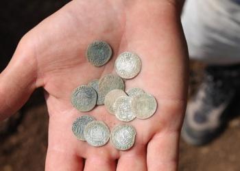 Ezüstpénzek a kolostor területéről (homregeszet.hu)