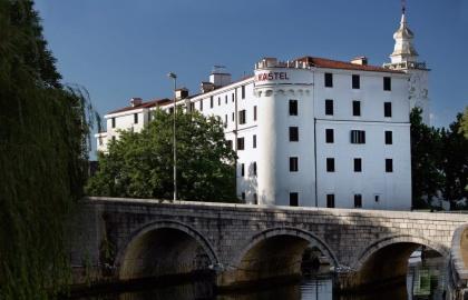 A gyönyörű helyen fekvő kolostor napjainkban szállodaként működik (Forrás: frankopani.eu)