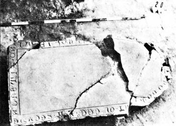 Feliratos sírkőlap 1352-ből, a kolostor ásatásáról (Forrás: Fodor László: Rövid összefoglalás az almárvölgyi pálos kolostor feltárásáról)