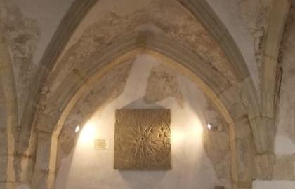1501-ben már, a toronyban gép-óra is működött, melynek faragott kő-óraszámlapja a templom folyosóján ma is látható (palospiaristatemplom.webnode.hu)