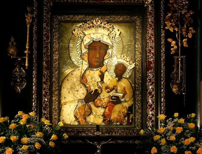 A Fekete Madonna a Czestochowai templom főoltárán