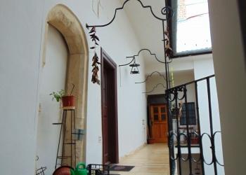 A Vörös Sün ház első emeletén…