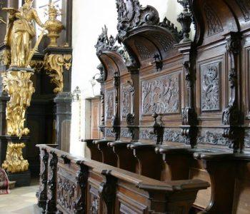 A szentélyben található egyedülálló faragású zsolozsmázó padok (Fotó: papa.hu)