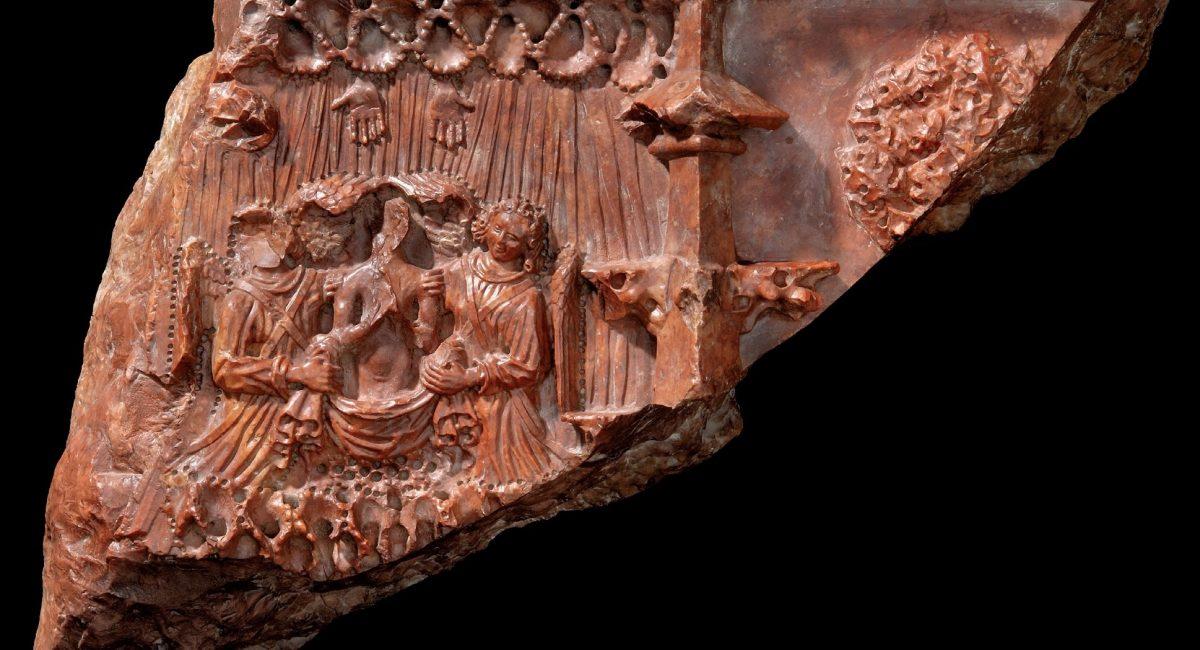 Remete Szent Pál vörösmárvány síremlékének töredéke, angyalok viszik az égbe Remete Szent Pál lelkét, 1484 1488. M: 35 cm, SZ: 26,5 cm, V: 10,5 cm (Budapesti Történeti Múzeum, Ltsz.: 613 fotó: Tihanyi Bence)