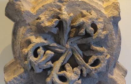 A levélköteget ábrázoló zárókő a budaszentlőrinci kolostorból került elő